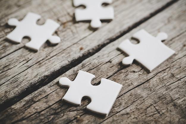 Close-up foto's van vier witte puzzelstukjes Gratis Foto