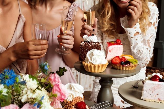 Close-up foto van taarten en meisjes op feestje. Gratis Foto