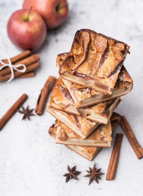 Close-up gebakken gebak en appels Gratis Foto