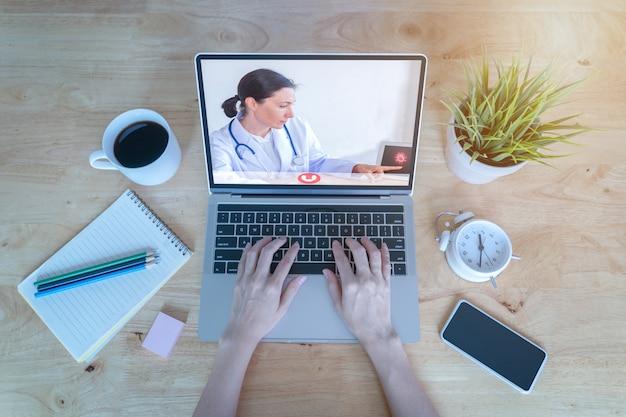 Close-up geduldig gesprek overleg met arts met behulp van video-oproep op laptop Premium Foto