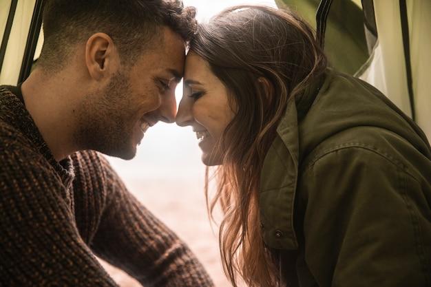 Close-up gelukkig paar in tent Gratis Foto