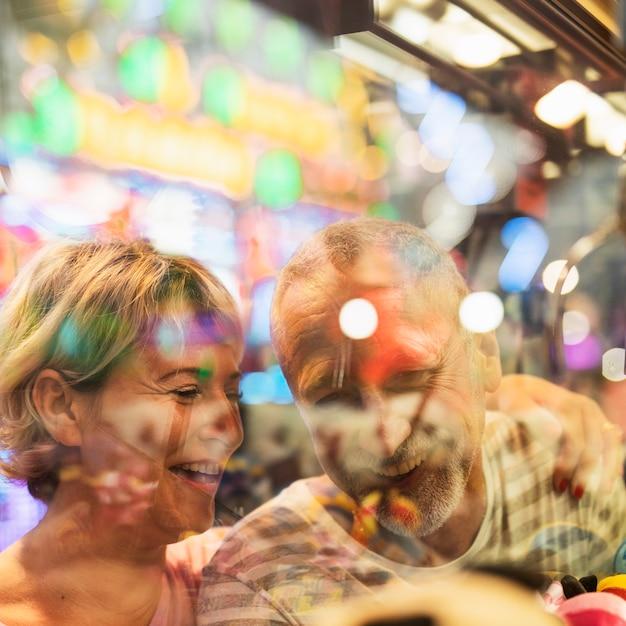 Close-up gelukkige mensen achter venster Gratis Foto