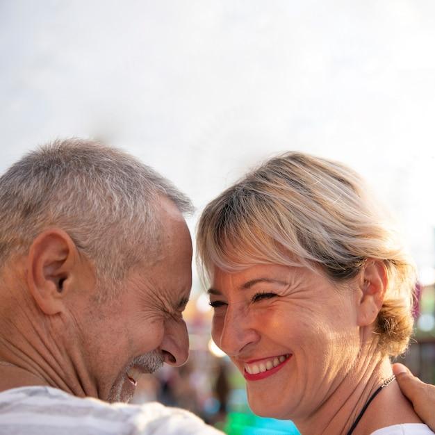 Close-up gelukkige mensen die liefde uitdrukken Gratis Foto