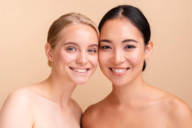 Close-up gelukkige modellen die samen stellen Gratis Foto