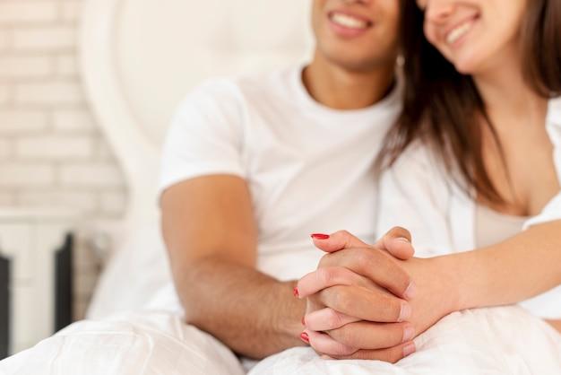 Close-up gelukkige paar hand in hand Gratis Foto
