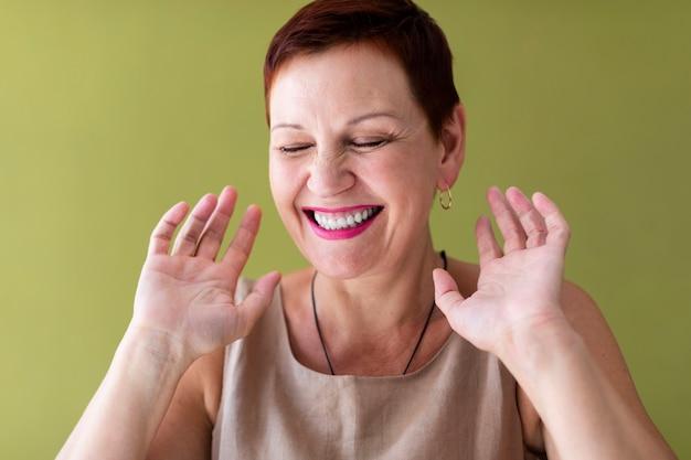 Close-up gelukkige vrouw lachen Gratis Foto