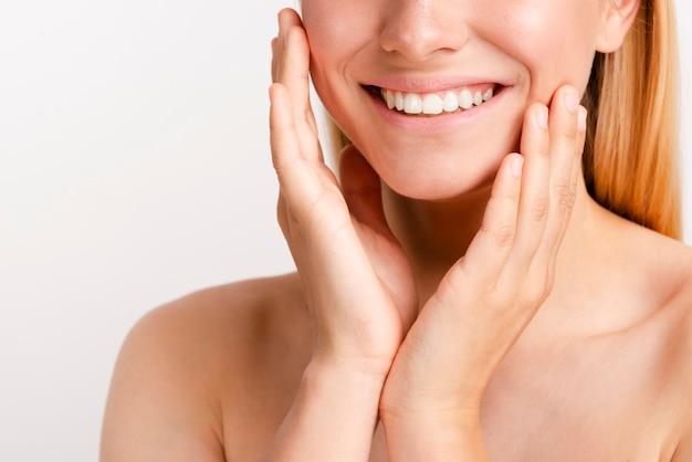 Close-up gelukkige vrouw met brede glimlach Gratis Foto