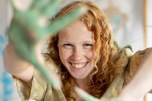 Close-up gelukkige vrouw met geschilderde palmen Gratis Foto