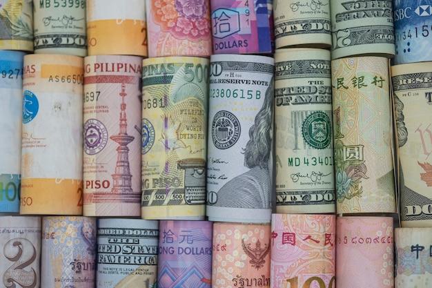 Close-up gerold van verscheidenheidsbankbiljet rond de wereld. Premium Foto