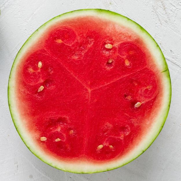 Close-up gesneden watermeloen met witte achtergrond Gratis Foto