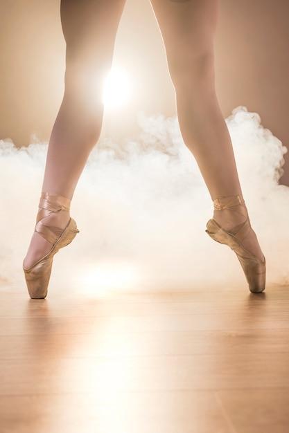 Close-up gespreide benen in pointe schoenen Gratis Foto