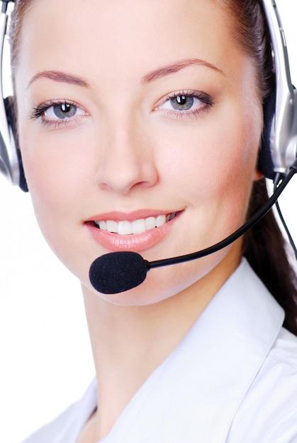 Close-up gezicht van jonge volwassen vrouw in koptelefoon op wit Gratis Foto