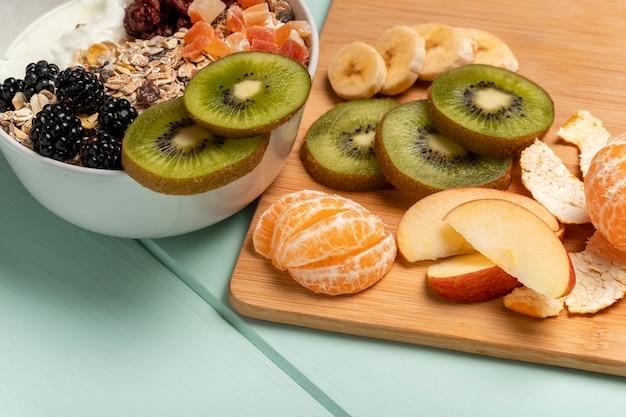 Close-up gezond ontbijt met muesli Gratis Foto