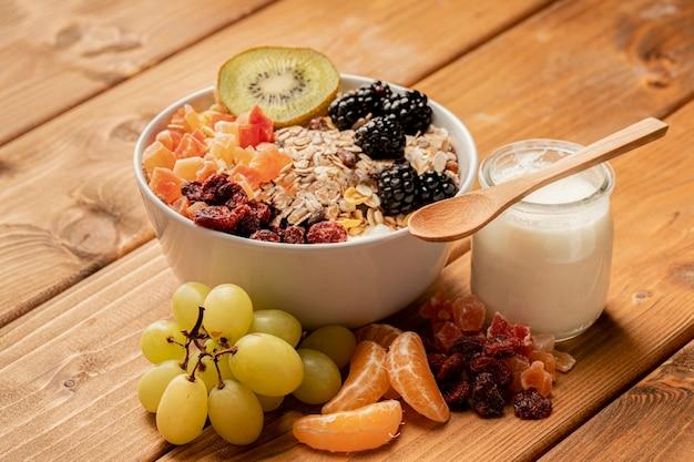 Close-up gezond ontbijt op lijst Gratis Foto