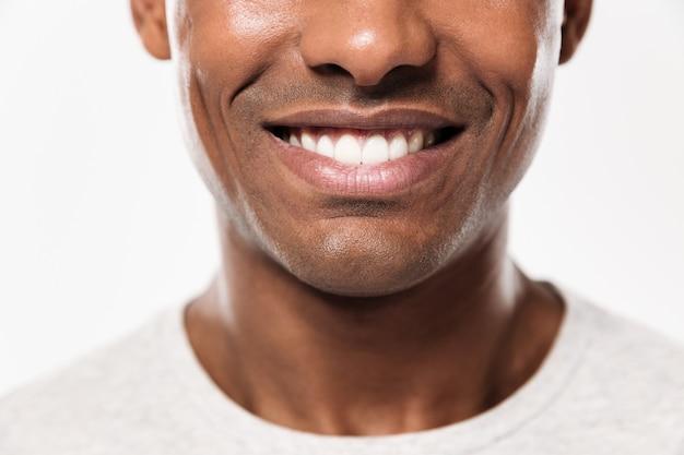 Close-up glimlach van een jonge vrolijke afrikaanse man Gratis Foto