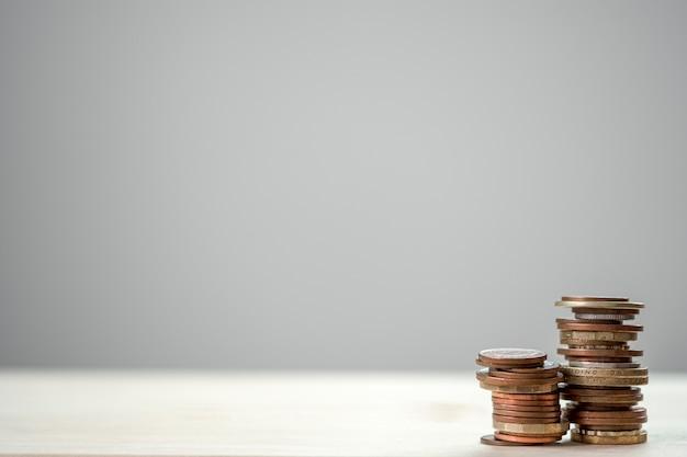 Close-up groeiende muntstukken die met witte achtergrond stapelen. Premium Foto