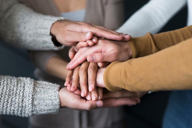 Close-up groep mensen hand in hand Gratis Foto