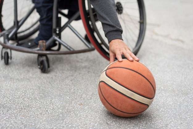 Close-up hand aanraken van basketbal Premium Foto