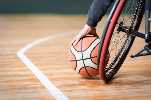 Close-up hand met basketbal Gratis Foto