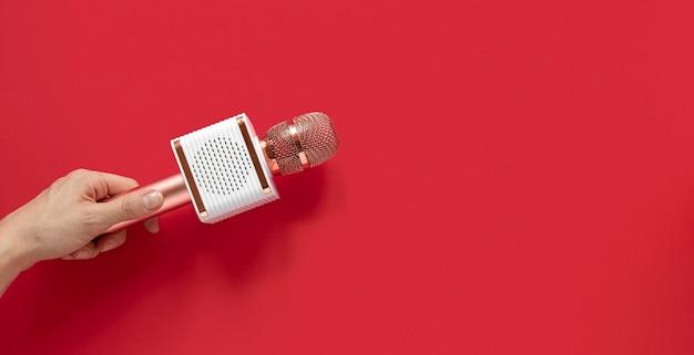 Close-up hand met microfoon Gratis Foto
