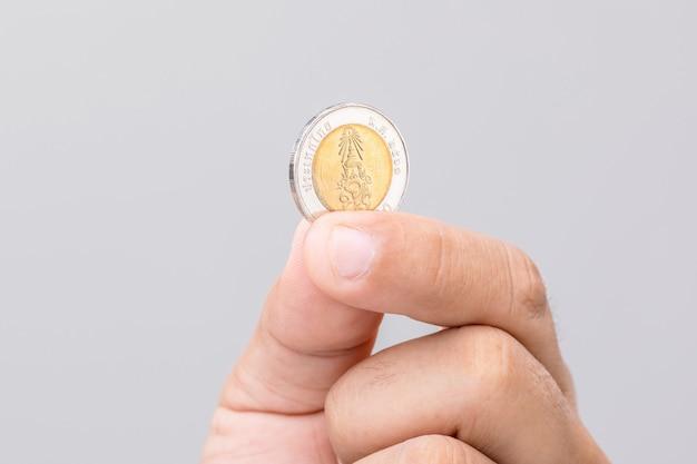 Close-up hand met thailand munt (10 baht). Premium Foto