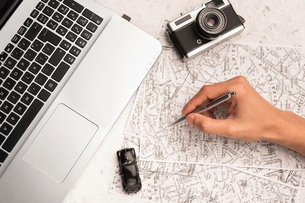 Close-up hand schrijven op kaart Gratis Foto