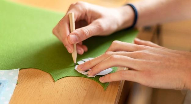 Close-up hand tekenen blad Gratis Foto