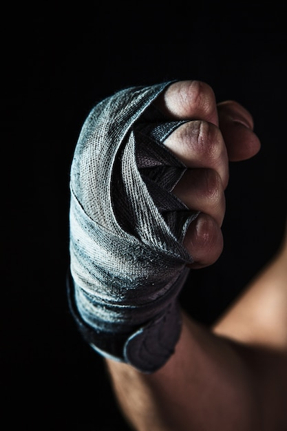 Close-up hand van gespierde man met verband Gratis Foto