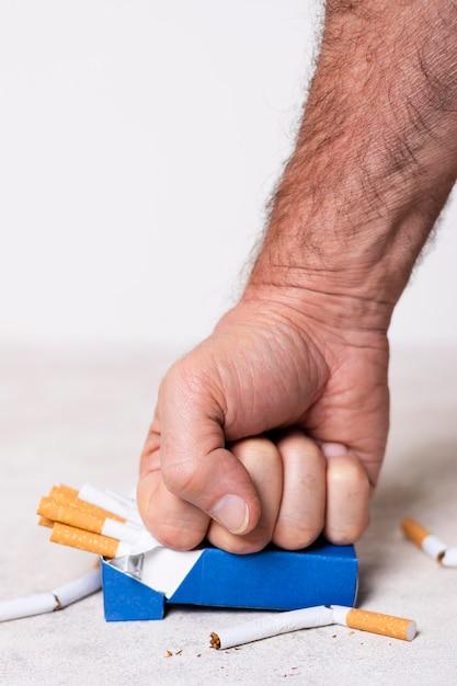 Close-up hand verpletterende sigaretten Gratis Foto