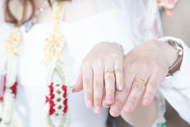 Close-up handen brride en bruidegom Premium Foto