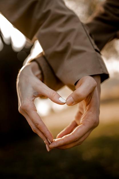 Close-up handen die hartvorm maken Gratis Foto