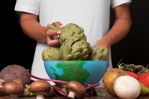 Close-up handen met groente Gratis Foto