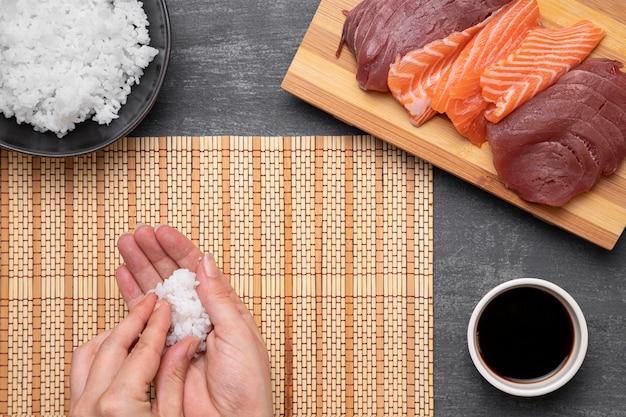 Close-up handen met rijst Gratis Foto