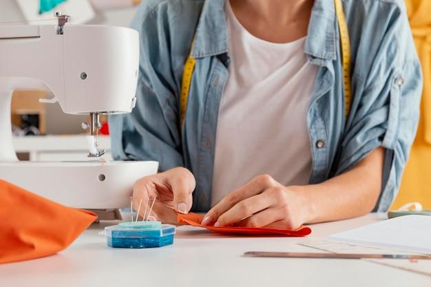 Close-up handen naaien stof Premium Foto