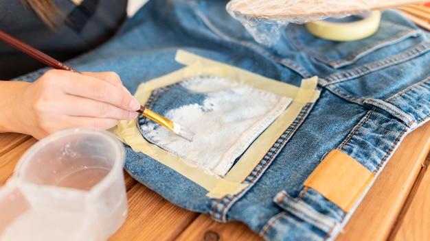 Close-up handen schilderij jeans Premium Foto