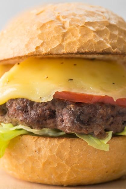 Close-up heerlijke cheeseburger Gratis Foto