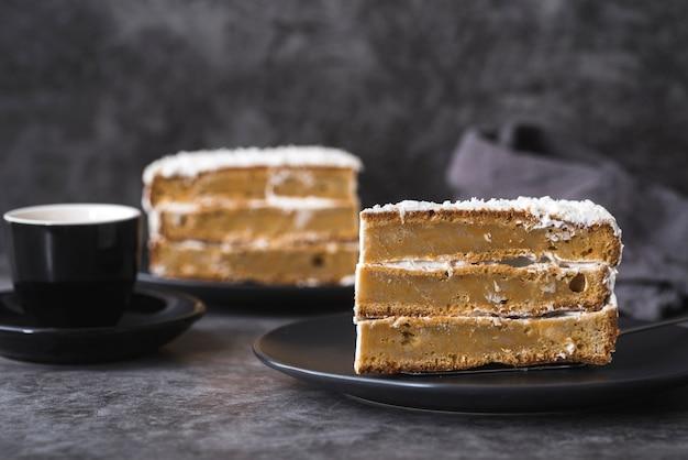 Close-up heerlijke stukjes cake klaar om te worden geserveerd Gratis Foto