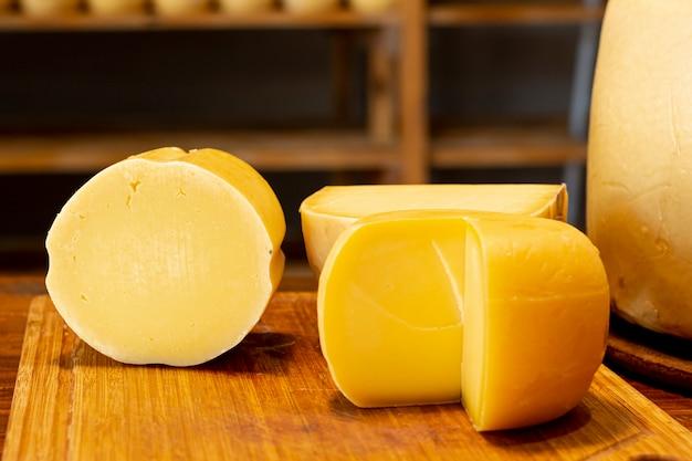Close-up heerlijke stukjes kaas Gratis Foto