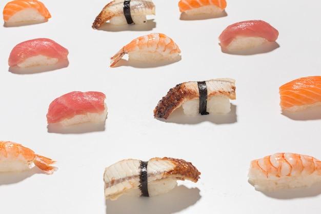 Close-up heerlijke sushi op de tafel Gratis Foto