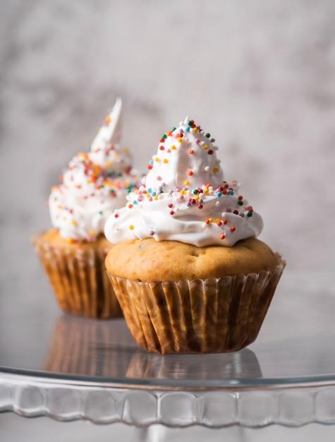 Close-up heerlijke zelfgemaakte muffins met topping Gratis Foto