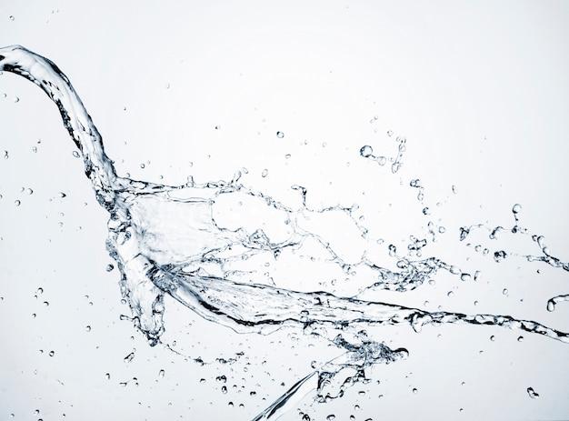 Close-up helder water dynamisch op lichte achtergrond Gratis Foto