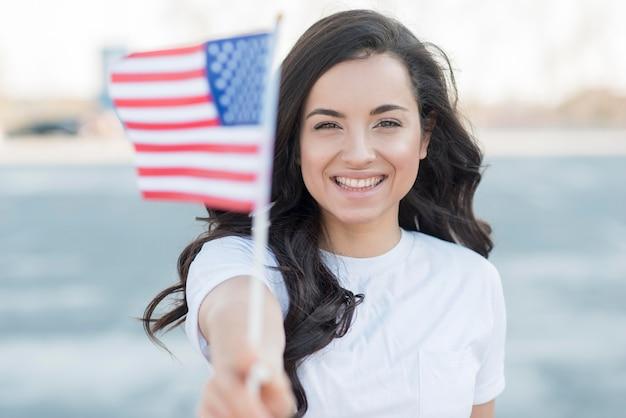 Close-up het donkerbruine de vlag van de vs van de vrouwenholding glimlachen Gratis Foto