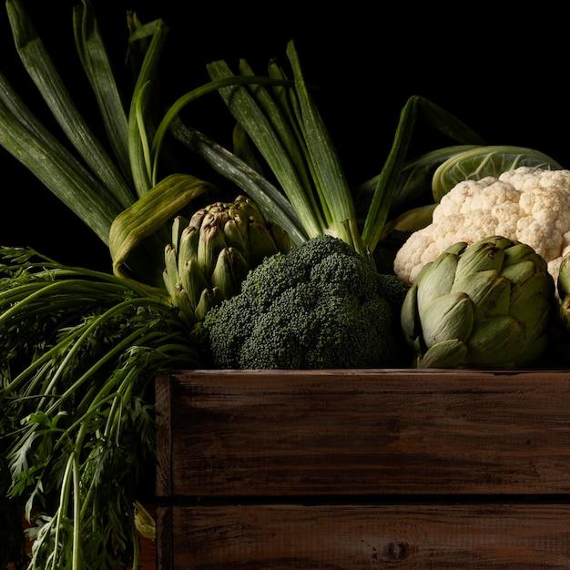 Close-up houten doos met groenten Gratis Foto