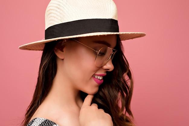 Close-up indoor portret van mooie vrouw met donker haar hoed dragen Gratis Foto