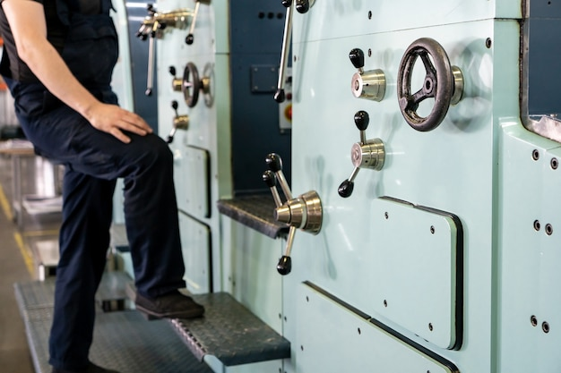 Close-up ingenieur hand vinger drukknop controle cnc-machine, werknemers fabrieksmachines in magazijn bedienen Premium Foto