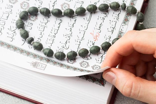 Close-up islamitisch koranboek met misbaha Premium Foto
