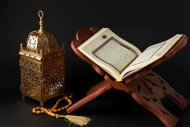 Close-up islamitisch nieuwjaar met koranboek Premium Foto