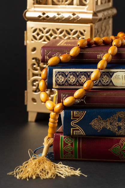 Close-up islamitisch nieuwjaar met koranboeken Gratis Foto