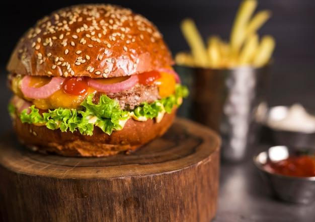 Close-up klaar om te worden geserveerd rundvlees hamburger met ui Gratis Foto