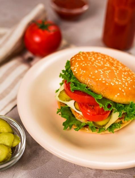 Close-up klassieke hamburger klaar om te worden geserveerd Gratis Foto